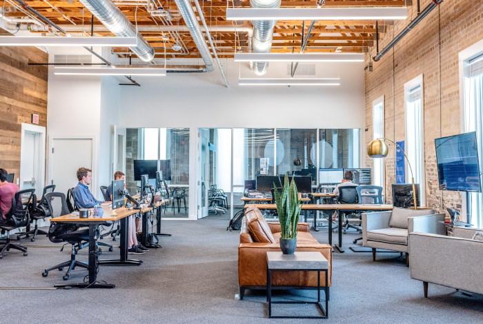 Bild eines hochwertigen Büros mit Recruiting-Experten für die Immobilienbranche vor Computern