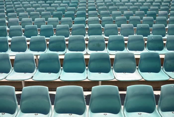 Blick über leere Sitze als Sinnbild für den Trend zu digitalen Bewerbungen
