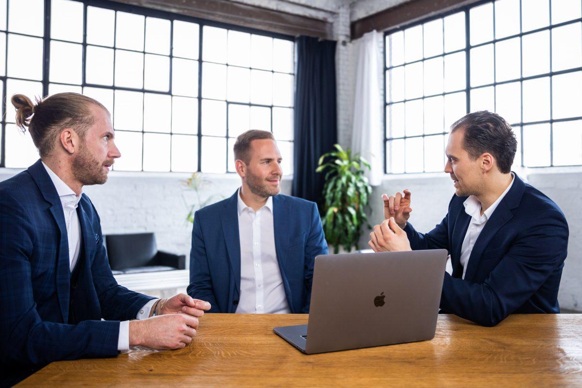 Mathias Pelzer, Thomas Grynia und Patrik Jenniges von Grynia Consulting im Gespräch