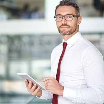 Personalberater für den Bereich Finance mit einem Tablet in der Hand