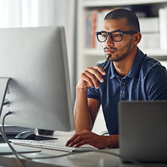 Ein IT-Experte für die Bau- und Immobilienbranche sitzt vor einem Computer
