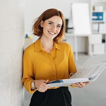 Personalberaterin für den Bereich Real Estate lacht in die Kamera